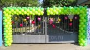 Украшение шарами въезда в детский лагерь
