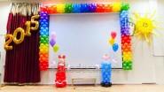 Украшение шарами сцены к выпускному