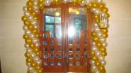 Украшение аркой из шаров двери кафе