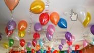Разноцветные шарики с гелием в кафе