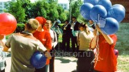 Раздача шаров на городском празднике