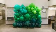 Стена из зеленых шаров разных размеров