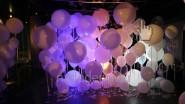 Стена из белых шаров разных размеров с подсветкой