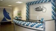 Украшение офиса гирляндой из шаров