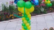 Оформление усадьбы шарами: стойка с бабочкой