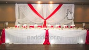 Бело-красное украшение тканью на свадьбу