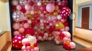 Стена из разноразмерных шаров разных цветов