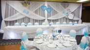 Свадебное украшение тканью в бирюзово-белых тонах