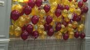 Стена из разноразмерных шаров золото и бургунди