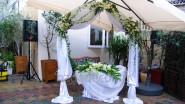 Украшение цветами и тканью места регистрации брака