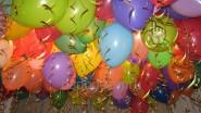 Гелиевые шарики под потолком в школе