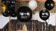 Фотозона с большими черными шарами на выпускной
