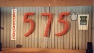 Надпись из шаров по занавесу кинотеатра «575»