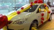 Украшение шарами машины- подарка ко Дню святого Валентина