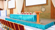 Украшение тканью президиума конференции