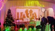 Новогоднее украшение сцены шарами и светом