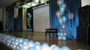 Украшение школьной сцены  гирляндой из шаров
