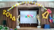 Украшение шарами сцены на выпускной