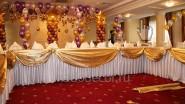 Украшение свадебного стола тканью и шарами