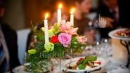 Композиция из живых цветов со свечами