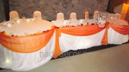 Украшение тканью стола молодых в оранжевых тонах