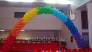 Оформление пионерлагеря: арка из шаров в виде радуги