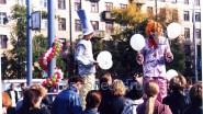 Раздача шаров клоунами - ходулистами