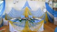 Свадебное украшение тканью в золотом и голубом тонах