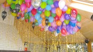 Гелиевые шары с длинными лентами в школе