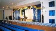 Украшение сцены в школе гирляндой из шаров