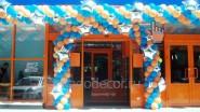 Украшение двери магазина гирляндой со звездами