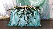 Оформление стола молодоженов тканью и цветами