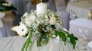 Свадебная композиция из цветов со свечой