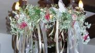 Необычное украшение люстры цветами