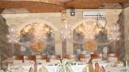 Свадебное украшение шарами, цветами, тканью