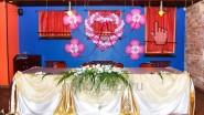 Оформление места для молодоженов цветами и шарами
