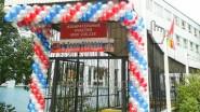 Украшение входа на избирательный участок гирляндой из шаров