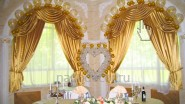 Оформление свадебного банкета цветами и шарами