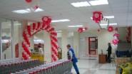 Украшение шарами торгового зала супермаркета