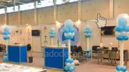 Оформление выставки стойками из воздушных шаров
