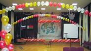 Оформление сцены шарами и банером