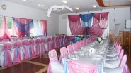 Украшение свадьбы тканью в розово-голубом стиле