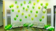 Украшения офисного коридора шарами