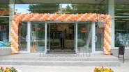 Украшение входа в магазин гирляндой из шаров