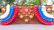 Украшение стены шарами на день России