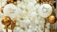 Бело- золотая фотостена с большими шарами на выпускной