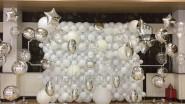Фото инсталляция из белых и серебристых шаров