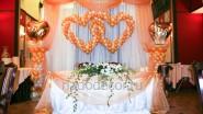 Недорогое украшение свадьбы тканью, цветами и шарами