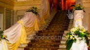 Украшение лестницы  цветами и тканью