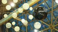 Белые и черные шары для украшения стенда